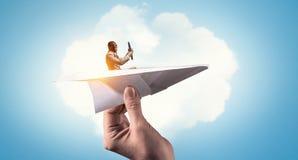 Αεροπόρος στο αεροπλάνο εγγράφου Μικτά μέσα Στοκ Φωτογραφία