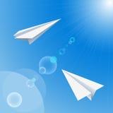 Αεροπλάνα εγγράφου που πετούν στον ουρανό Στοκ Εικόνα