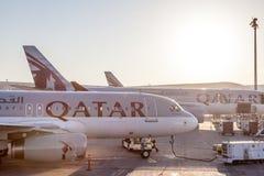 Αεροπλάνα εναέριων διαδρόμων του Κατάρ στο διεθνή αερολιμένα του Κατάρ στοκ φωτογραφίες
