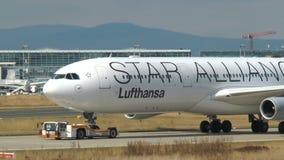 Αεροπλάνα που μετακινούνται με ταξί στην ποδιά και τους διαδρόμους στο airpor της Φρανκφούρτης απόθεμα βίντεο