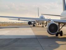 Αεροπλάνα που περιμένουν την απογείωση Στοκ Φωτογραφίες