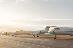 Αεροπλάνα που τοποθετούν στην προσγειωμένος λουρίδα πριν από την πτήση Στοκ φωτογραφία με δικαίωμα ελεύθερης χρήσης
