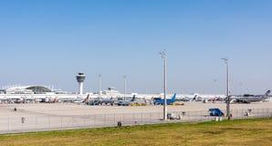 Αεροπλάνα στη θέση χώρων στάθμευσης στο Μόναχο ariport Στοκ Φωτογραφίες