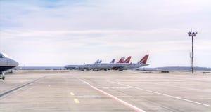 Αεροπλάνα στον τομέα πτήσης Στοκ φωτογραφία με δικαίωμα ελεύθερης χρήσης