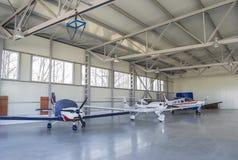 Αεροπλάνα στο airdock Στοκ Φωτογραφία