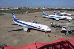 Αεροπλάνα της ANA All Nippon Airways στον αερολιμένα του Φουκουόκα στην Ιαπωνία στοκ εικόνες
