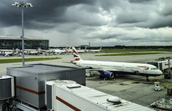 Αεροπλάνα BA που σταθμεύουν στο τερματικό 5 του Λονδίνου Heathrow Στοκ Φωτογραφίες
