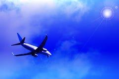 Αεροπλάνο αεριωθούμενων αεροπλάνων με το λαμπρό μπλε ουρανό Στοκ φωτογραφία με δικαίωμα ελεύθερης χρήσης