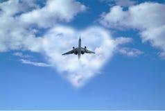 Αεροπλάνο από το σύννεφο καρδιών Στοκ φωτογραφίες με δικαίωμα ελεύθερης χρήσης