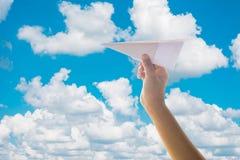Αεροπλάνο εγγράφου παιχνιδιού παιδιών Στοκ Εικόνες