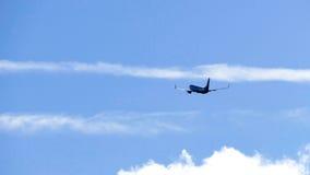 Αεροπλάνο ενάντια στο μπλε ουρανό - έννοια ταξιδιού στοκ εικόνες
