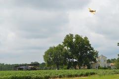 Αεροπλάνο επάνω από τη αγροικία Στοκ εικόνες με δικαίωμα ελεύθερης χρήσης