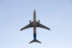 Αεροπλάνο επιβατικών αεροπλάνων που πετά στον ουρανό Στοκ Φωτογραφία