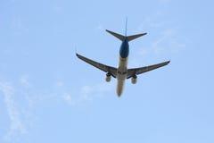 Αεροπλάνο επιβατικών αεροπλάνων που πετά στον ουρανό Στοκ φωτογραφίες με δικαίωμα ελεύθερης χρήσης