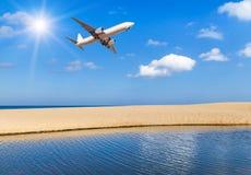 Αεροπλάνο επιβατών που πετά επάνω από την τροπική παραλία στη andaman θάλασσα στο μπλε ουρανό με το φως του ήλιου Στοκ φωτογραφία με δικαίωμα ελεύθερης χρήσης