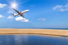 Αεροπλάνο επιβατών που πετά επάνω από την τροπική παραλία στη andaman θάλασσα στο μπλε ουρανό με το φως του ήλιου Στοκ Εικόνες