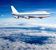 Αεροπλάνο επιβατών στα σύννεφα Στοκ Εικόνες