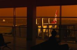 Αεροπλάνο και αεριωθούμενη γέφυρα, επιβάτες που επιβιβάζονται, αναμονή προσώπων Στοκ εικόνες με δικαίωμα ελεύθερης χρήσης