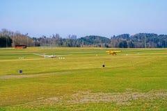 Αεροπλάνο και ανεμοπλάνο ρυμούλκησης έτοιμα για την απογείωση Στοκ εικόνα με δικαίωμα ελεύθερης χρήσης