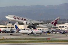Αεροπλάνο Λος Άντζελες του Boeing 777-200 εναέριων διαδρόμων του Κατάρ διεθνές Στοκ Εικόνες