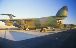 Αεροπλάνο μεταφοράς εμπορευμάτων στη βάση πολεμικής αεροπορίας του Ντόβερ, ηλιοβασίλεμα, Ντόβερ, Ντελαγουέρ Στοκ Φωτογραφία