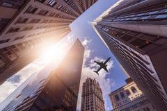 Αεροπλάνο πέρα από τα skyskrapers στοκ φωτογραφίες με δικαίωμα ελεύθερης χρήσης