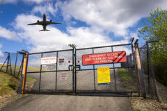 Αεροπλάνο πέρα από τις πύλες του αερολιμένα του Μάντσεστερ, Αγγλία Στοκ Εικόνες