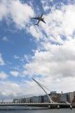 Αεροπλάνο πέρα από Dublín στοκ φωτογραφίες