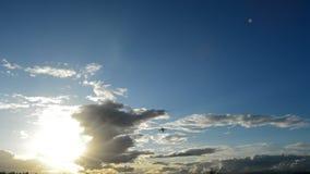 Αεροπλάνο που απογειώνεται από στο νεφελώδες απόγευμα φιλμ μικρού μήκους