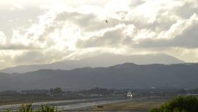 Αεροπλάνο που απογειώνεται από τον αερολιμένα διαδρόμων απόθεμα βίντεο