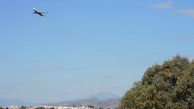 Αεροπλάνο που απογειώνεται από τον αερολιμένα μια ηλιόλουστη ημέρα απόθεμα βίντεο