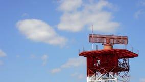 Αεροπλάνο που απογειώνεται πέρα από τον πύργο τηλεπικοινωνιών ραντάρ απόθεμα βίντεο