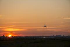 Αεροπλάνο που απογειώνεται πριν από την ανατολή Στοκ Φωτογραφία