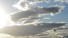 Αεροπλάνο που απογειώνεται στη νεφελώδη ημέρα στο ηλιοβασίλεμα απόθεμα βίντεο