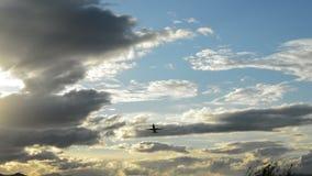 Αεροπλάνο που απογειώνεται στη νεφελώδη ημέρα φιλμ μικρού μήκους
