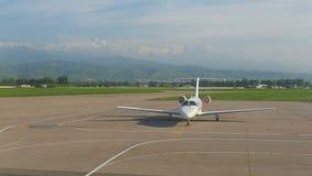 Αεροπλάνο που μετακινείται με ταξί πριν από την απογείωση φιλμ μικρού μήκους