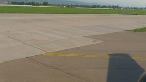 Αεροπλάνο που μετακινείται με ταξί πριν από την απογείωση απόθεμα βίντεο
