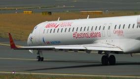 Αεροπλάνο που μετακινείται με ταξί στην έναρξη απόθεμα βίντεο