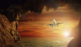 Αεροπλάνο που πετά ανωτέρω - νερό Στοκ φωτογραφία με δικαίωμα ελεύθερης χρήσης