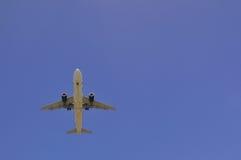 αεροπλάνο που πετά από πάνω Στοκ φωτογραφία με δικαίωμα ελεύθερης χρήσης