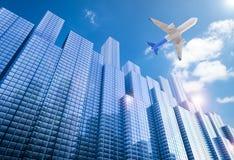 Αεροπλάνο που πετά επάνω από την οικοδόμηση Στοκ Φωτογραφίες