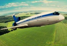 Αεροπλάνο που πετά επάνω από τη γη Στοκ φωτογραφία με δικαίωμα ελεύθερης χρήσης