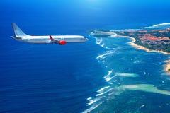 Αεροπλάνο που πετά επάνω από τον ωκεανό Στοκ φωτογραφία με δικαίωμα ελεύθερης χρήσης