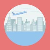 Αεροπλάνο που πετά πέρα από την πόλη και τον ωκεανό στο πλαίσιο κύκλων Στοκ Εικόνες