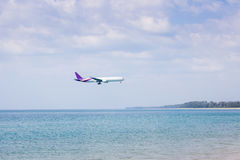 Αεροπλάνο που πετά πέρα από τη θάλασσα Στοκ Φωτογραφίες