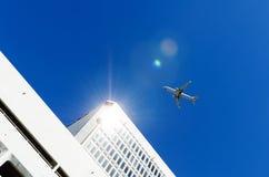 αεροπλάνο που πετά πέρα από το κτήριο Στοκ φωτογραφία με δικαίωμα ελεύθερης χρήσης