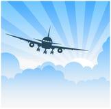 Αεροπλάνο που πετά στα σύννεφα Στοκ φωτογραφία με δικαίωμα ελεύθερης χρήσης