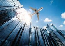 Αεροπλάνο που πετά στην πόλη Στοκ φωτογραφία με δικαίωμα ελεύθερης χρήσης