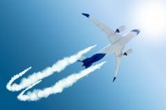 Αεροπλάνο που πετά στον περαιτέρω προορισμό στοκ εικόνες