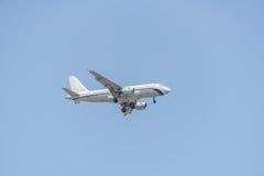 Αεροπλάνο που προετοιμάζεται για την προσγείωση Στοκ Φωτογραφίες